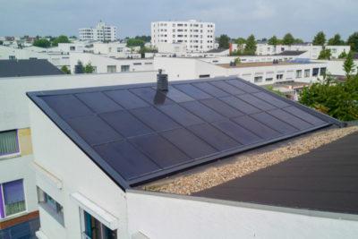 Hellend bitumen dak met zonnedak