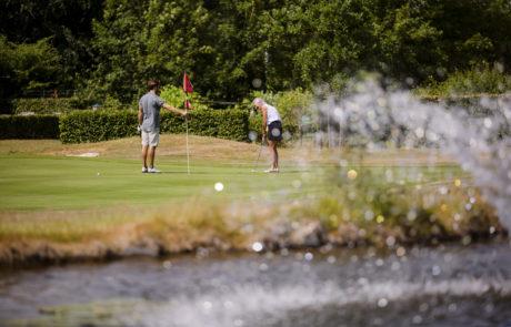 Foto van de grasmat van de golfclub