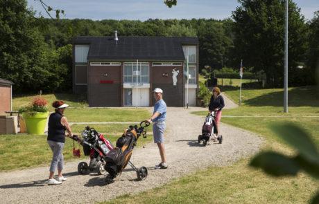 foto van de golfclub met 3 mensen